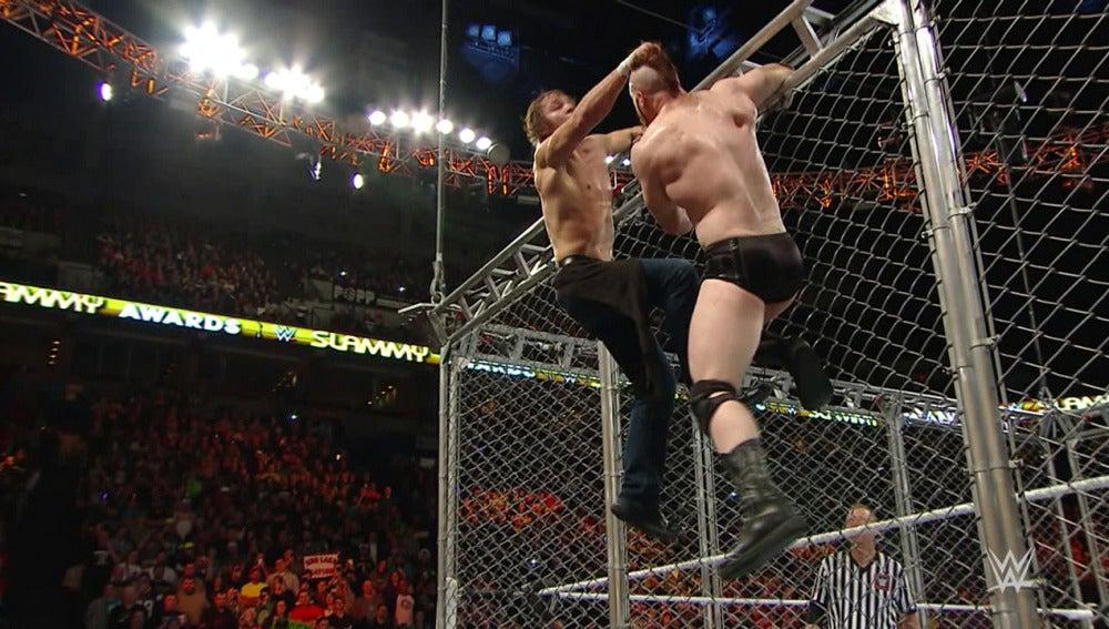 El campeón intercontinental Ambrose destroza a Sheamus en la jaula