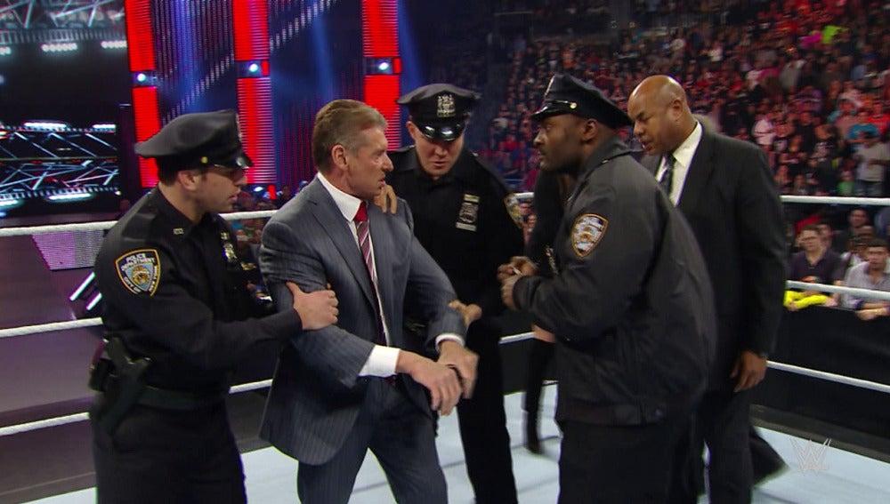 Vince McMahon es detenido por la policía en 'Raw'