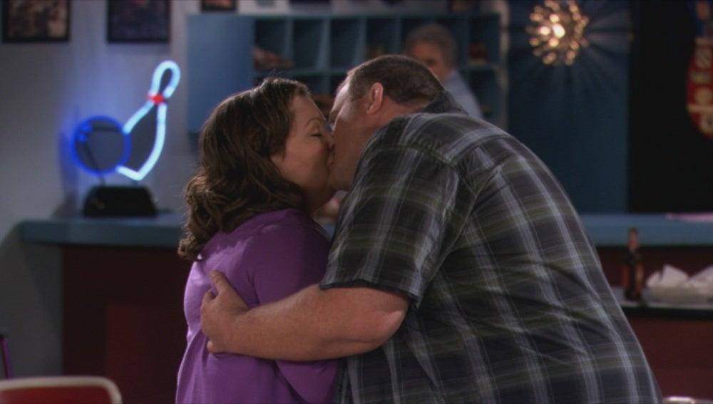 Mike y Molly se besan por primera vez