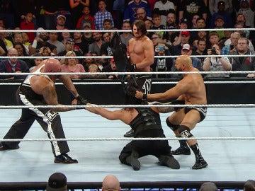 AJ Styles, Karl Anderson y Luke Gallows se imponen al campeón en 'Raw'