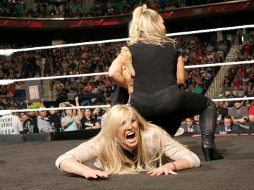 Natalya y Charlotte en el ring de 'Raw'