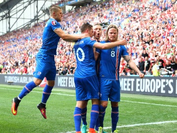 Islandia celebrando un gol