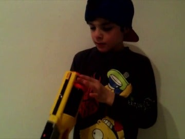 Frame 71.019347 de: Este niño se apunta con una pistola: ¿Cómo acaba el vídeo?