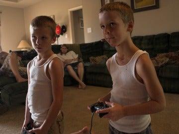 Hijos jugando a videojuegos