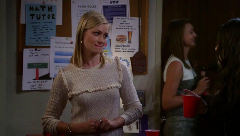Frame 23.710319 de: Max le prepara a Caroline 'cortarollos' la mejor fiesta universitaria de su vida