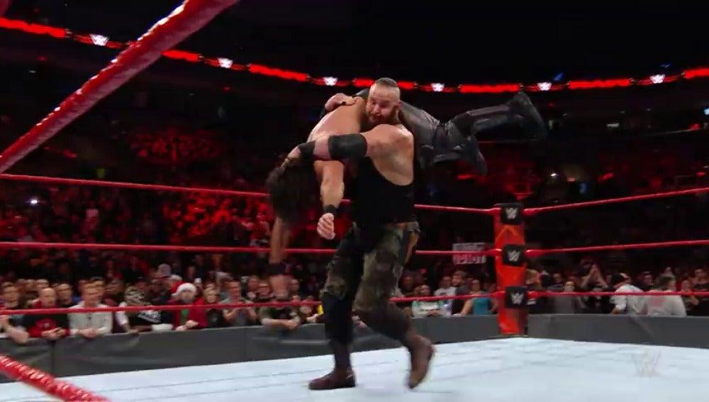 Frame 9.992888 de: Reigns y Rollins vencen, pero son aplastados por Strpwman