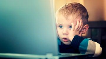 Niño frente a ordenador