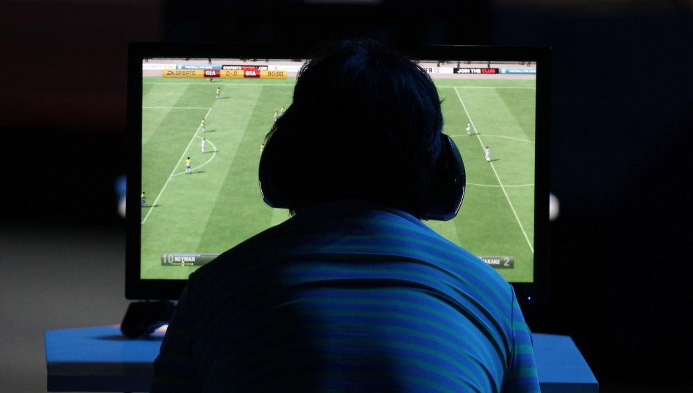 Un hombre juega al FIFA durante una competición de eSports