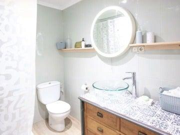 Frame 18.739394 de: Un baño renovado y convertido en una estancia cálida a acogedora