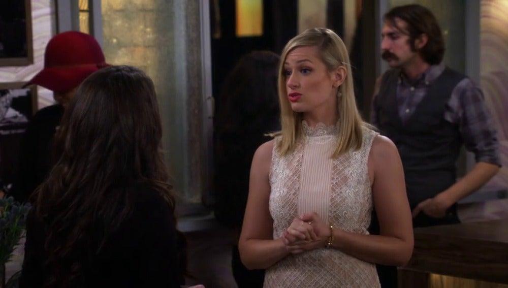 Frame 4.405101 de: Max se queda sola al frente del bar de postres y Caroline no se fía