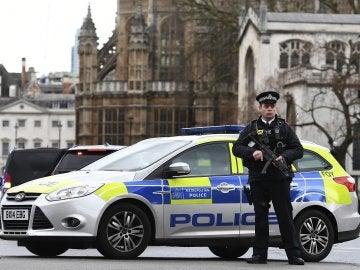 Policía británico junto al coche