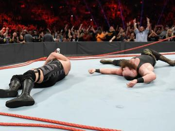 Braun Strowman y Big Show destrozan el ring de 'Raw'