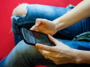 Un usuario con su teléfono móvil Android