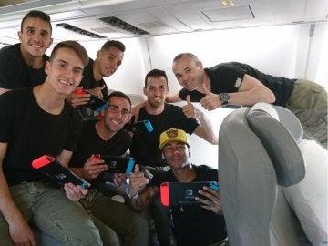 Jugadores del FC Barcelona jugando con Nintendo Switch