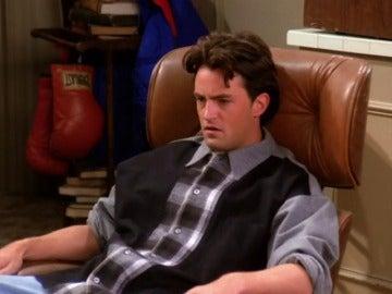 Ross comete un grave error, besa a la madre de Chandler