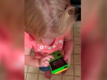 La niña es incapaz de jugar con la consola