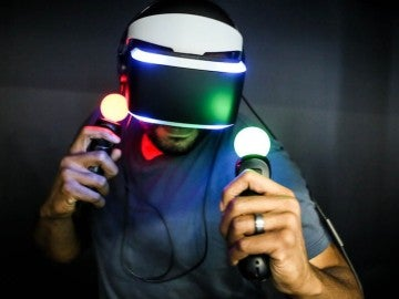 Jugador con PlayStation VR y PlayStation Move