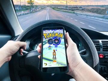Jugando a Pokémon Go mientras conduce