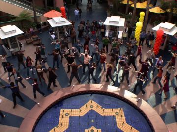 Un flash mob en 'Modern Family', la carta de amor de Mitchell para Cam