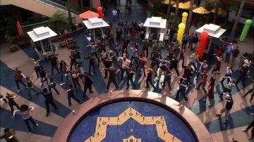 Un flash mob en 'Modern Family', la carta de amor de Mitchell para Cam