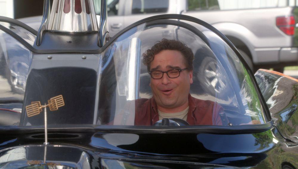 Leonard cumple uno de los sueños de su vida: tener un Batmóvil