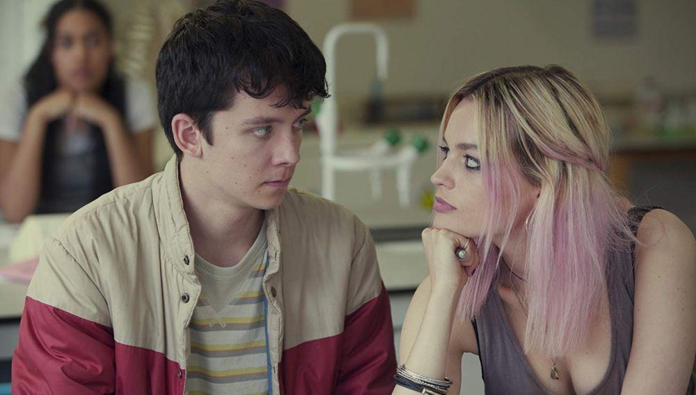 Asa Butterfield y Emma Mackey en 'Sex Education'