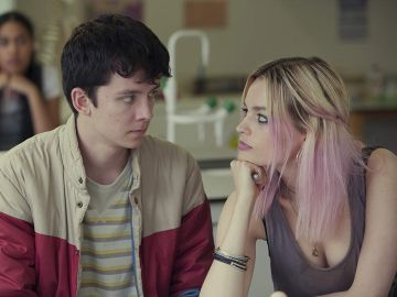 Asa Butterfield y Emma Mackey en 'Sex Education'