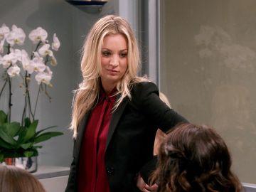 Bernadette chantaje a Penny para que trabaje con ella