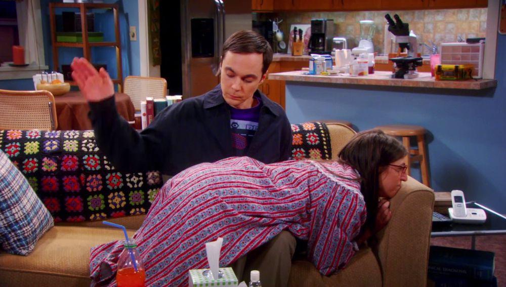 Sheldon castiga a Amy con unos azotes en el culo