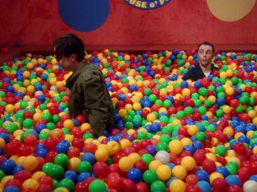 El mítico ¡Zas en toda la boca! de Sheldon a Leonard en la piscina de bolas
