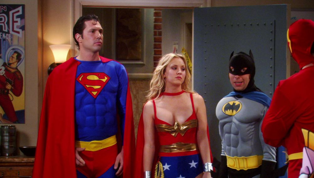 Penny se viste de 'Mujer Maravilla' para la fiesta de disfraces