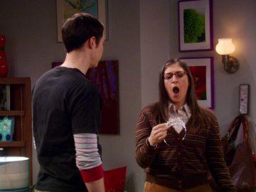 La inesperada reacción de Amy al regalarle Sheldon una diadema plateada
