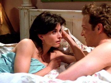 Mónica descubre que no sale con un universitario, sino con un adolescente