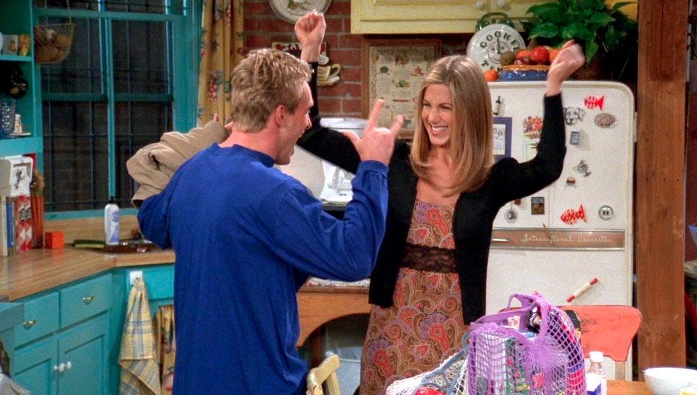 El joven novio de Rachel le está robando
