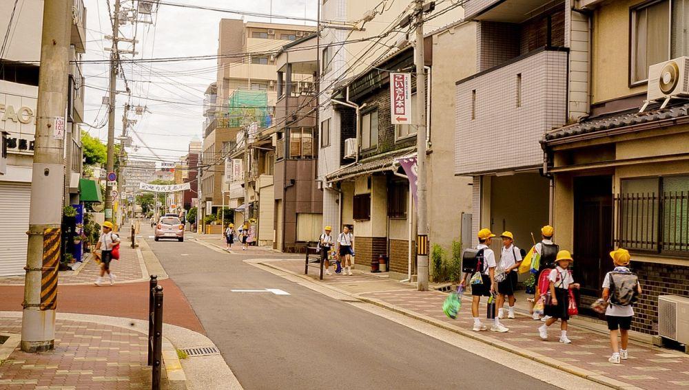 Niños en calle japonesa
