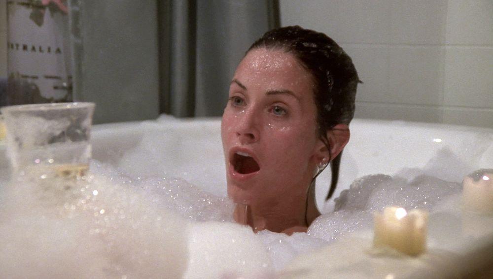 Monica y Chandler casi son pillados por Joey