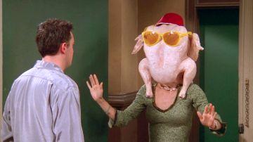 El baile de Monica con un pavo en la cabeza