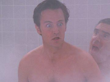 Chandler se sienta desnudo encima de su suegro