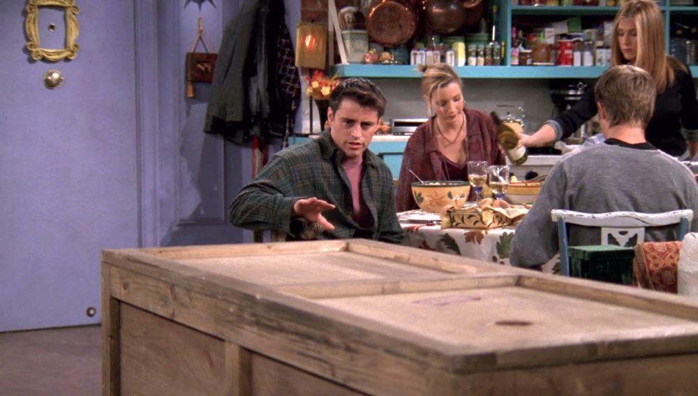 Chandler se encierra en una caja por el perdón de Joey