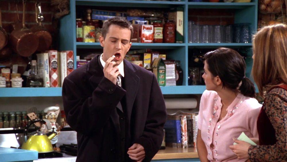 Una cinta de hipnosis saca el lado más femenino de Chandler
