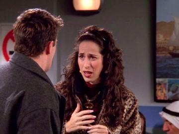 Chandler finge un traslado a Yemen para librarse de Janice