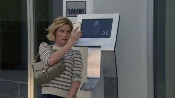 Claire y Gloria se cuelan en la lujosa residencia de Alex