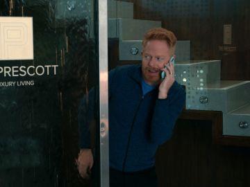 Mitch engaña a Cam para colarse en la lujosa residencia de Alex