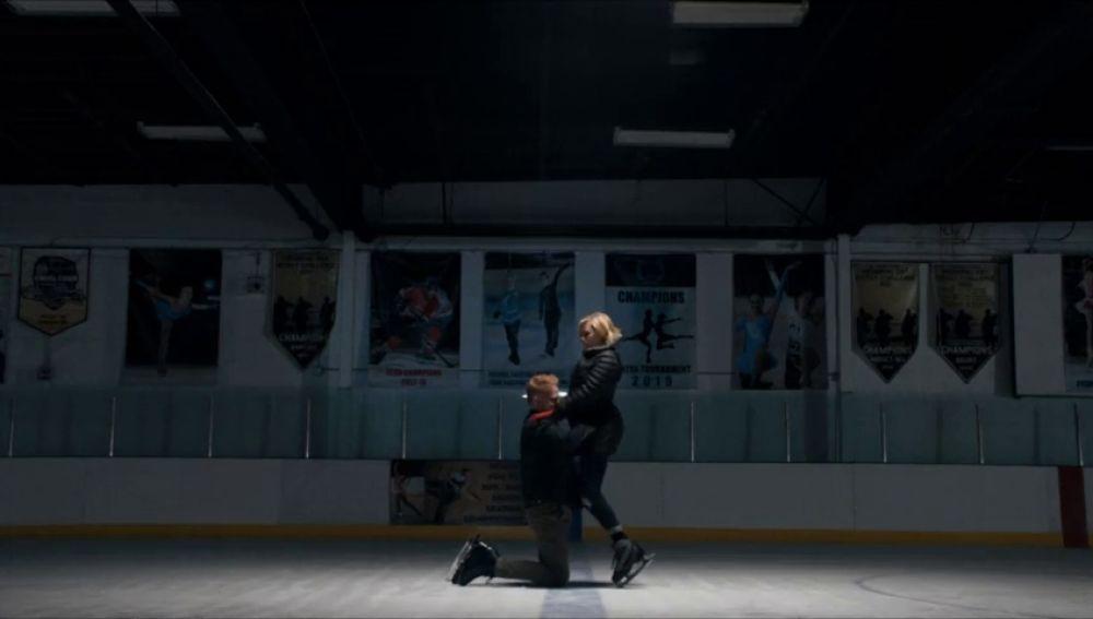 Claire y Mitch rememoran los viejos tiempos patinando