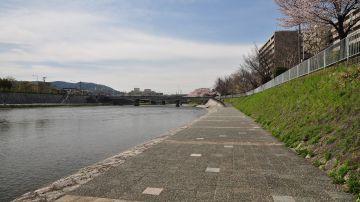 Río Kamogawa en Kioto