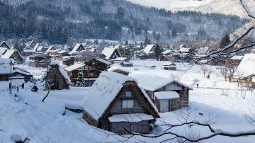 Pueblo japonés con nieve