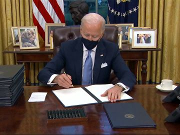 Joe Biden firma 15 decretos para revertir las políticas de Donald Trump