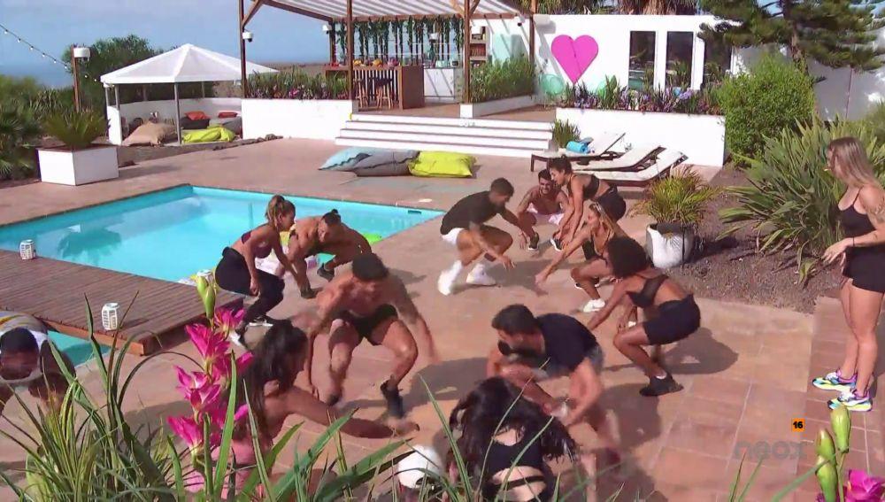 Vikika Costa visita la villa para hacer sudar a los isleños