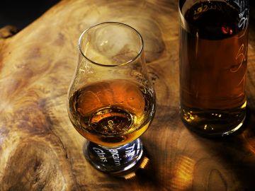 Vaso y botella de whisky