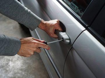 Capturan en vídeo cómo le roban el coche y no te creerás cómo lo consigue recuperar